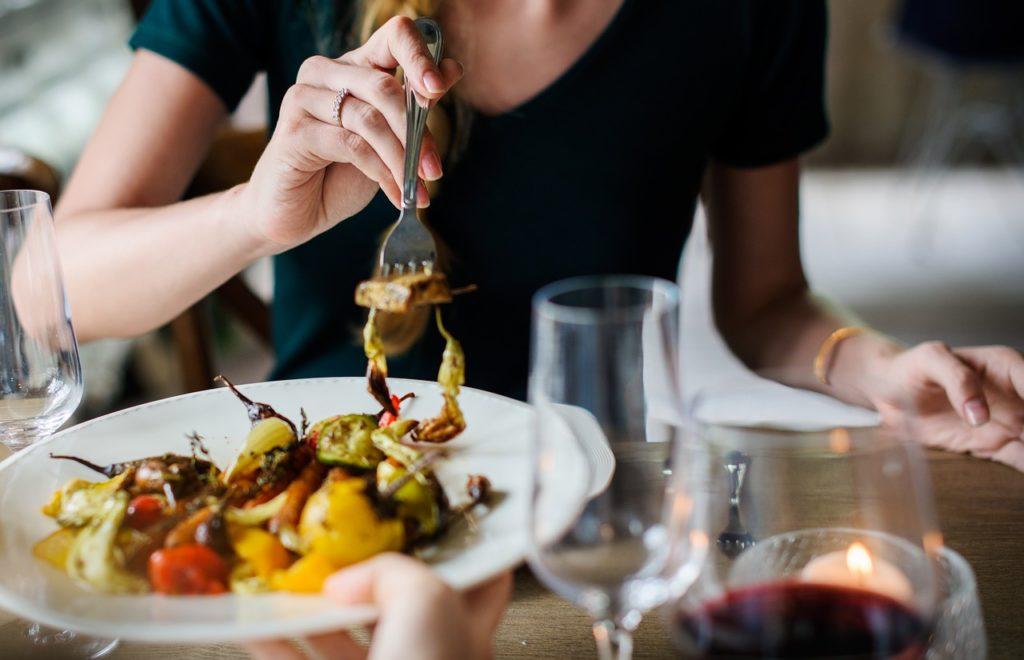 Mastication favorise la digestion, évite les ballonnements et garde le ventre plat